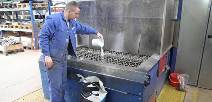 Эффективная очистка от жиров во время дробеструйной обработки металла